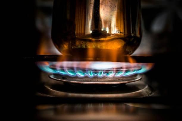 kochen kaffee auf gas-herd - kuqa stock-fotos und bilder