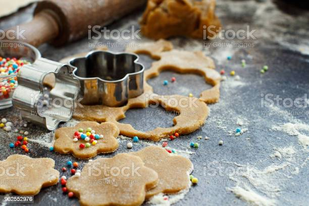 Foto de Cozinhar Biscoitos Com Cortadores De Biscoito e mais fotos de stock de Assar