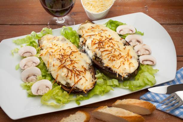 kochen aubergine - gebackene champignons stock-fotos und bilder