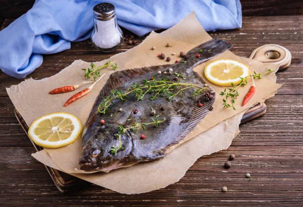 kochen flunder fisch - heilbutt stock-fotos und bilder