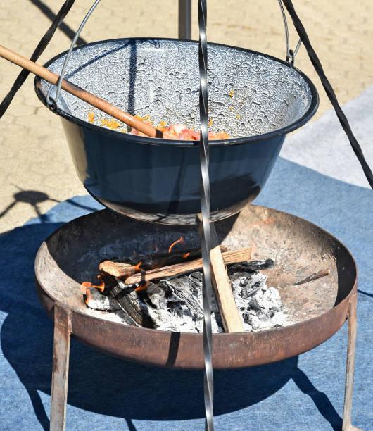 gulasch im freien kochen - schweinegulasch stock-fotos und bilder