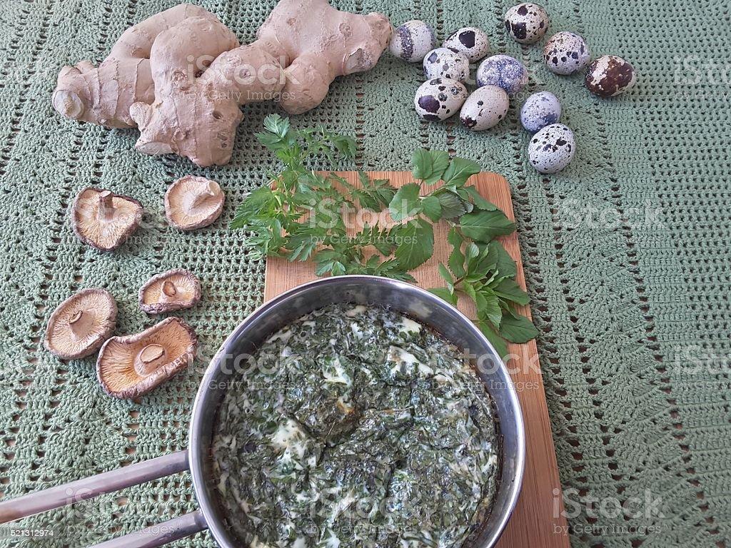Кулинарные goutweed имбирь с грибами омлет стоковое фото