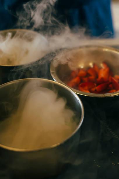 hausgemachtes eis mit flüssigem stickstoff kochen - vorschulgeburtstag stock-fotos und bilder