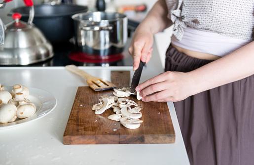 홈 부엌에서 요리 여자 절단 보드에 칼으로 버섯 인하 그레이비에 대한 스톡 사진 및 기타 이미지