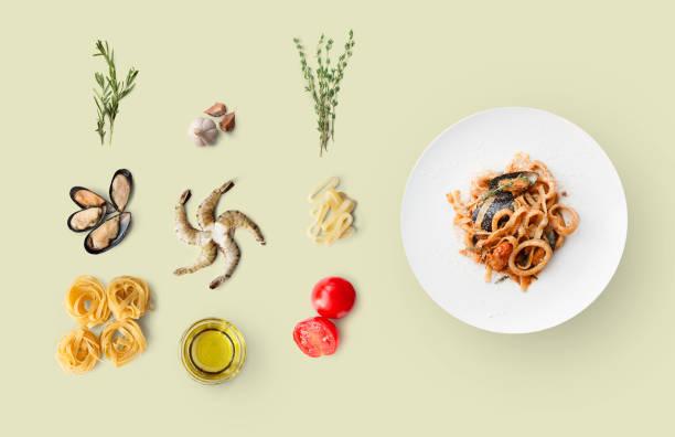 kochzutaten für italienische küche, pasta mit meeresfrüchten, isoliert auf beige - ring anleitung stock-fotos und bilder