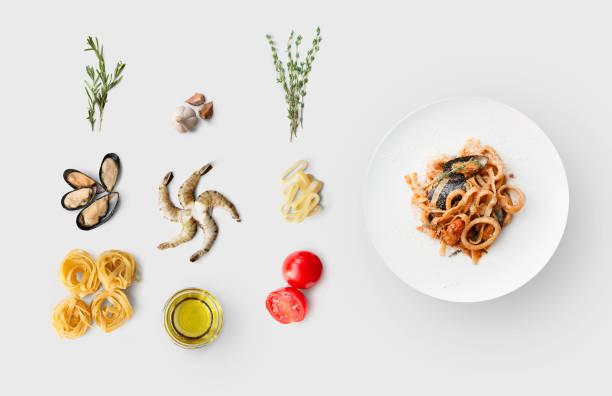 kochzutaten für italienische küche, pasta mit meeresfrüchten, isoliert auf weiss - ring anleitung stock-fotos und bilder