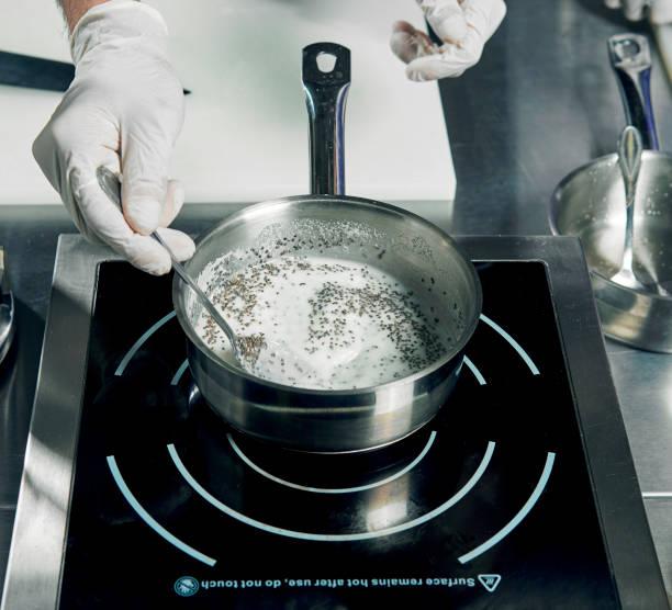 kochzutaten in pfanne in der küche - gusstopf stock-fotos und bilder