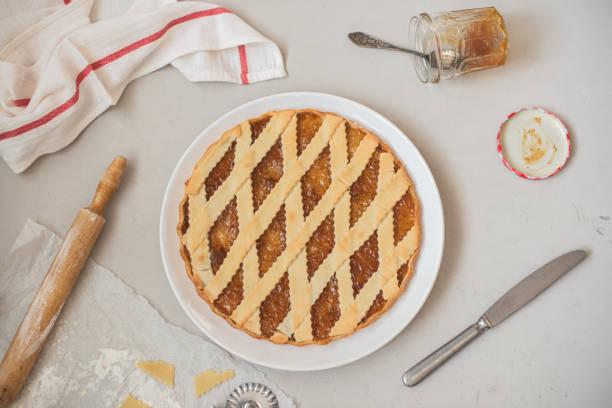 kochen italienische feigen marmelade torte crostata auf einem weißen teller - crostata stock-fotos und bilder