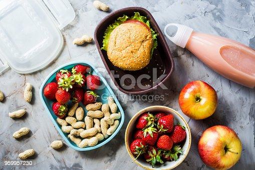 istock Comida para un niño en la escuela con ellos. Sandwich, fresas ...