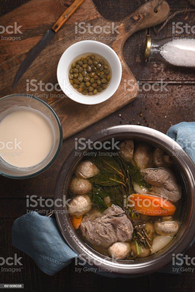 Cuisson viande blanquette sur la table en bois verticale - Photo