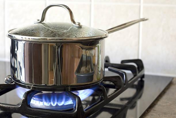 sur une cuisinière à gaz cuisine - cuisinière photos et images de collection