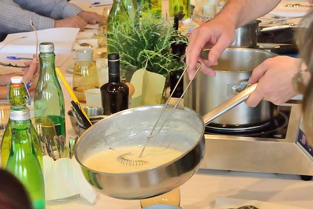 kochen - sauce bernaise stock-fotos und bilder