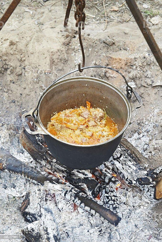 pilaf de culinária ao redor da fogueira - foto de acervo