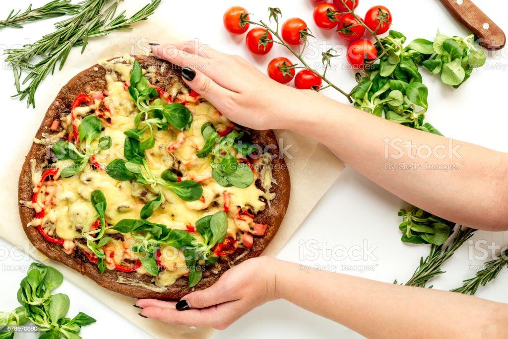 pizza aux légumes et fromage à la vue de dessus de bureau blanc fond de cuisson photo libre de droits