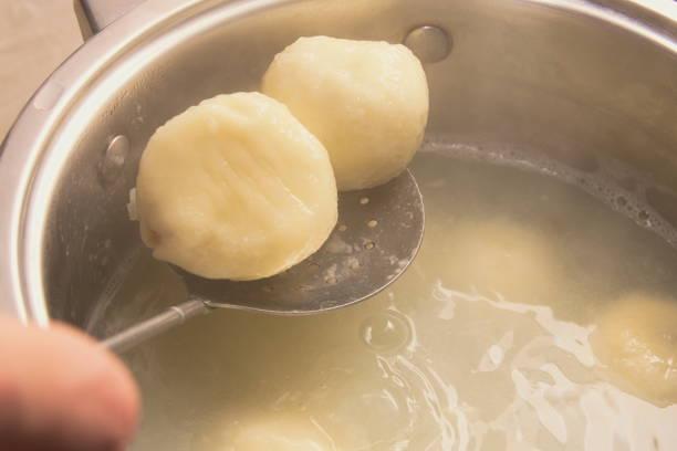 plum-kreuzfahrten kochen - knödel kochen stock-fotos und bilder