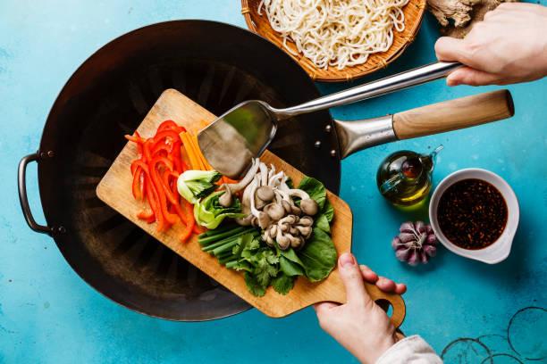 cozinhar o processo udon macarrão com cogumelos ostra e legumes - stir fry - fotografias e filmes do acervo