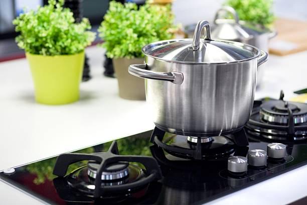 cooking saucepan on stove - hot burner - steelpan pan stockfoto's en -beelden