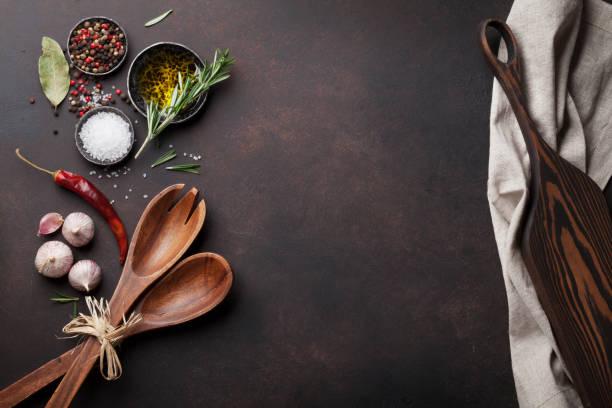 kochtisch mit kräutern, gewürzen und utensilien - speisesalz stock-fotos und bilder