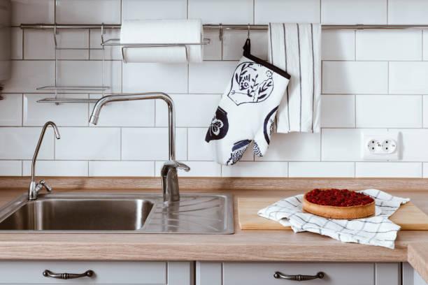 kochen der beeren-kuchen. weiß grau küche raumorganisation - küche deko blog stock-fotos und bilder
