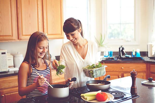 kochen zusammen - spinatsuppe stock-fotos und bilder