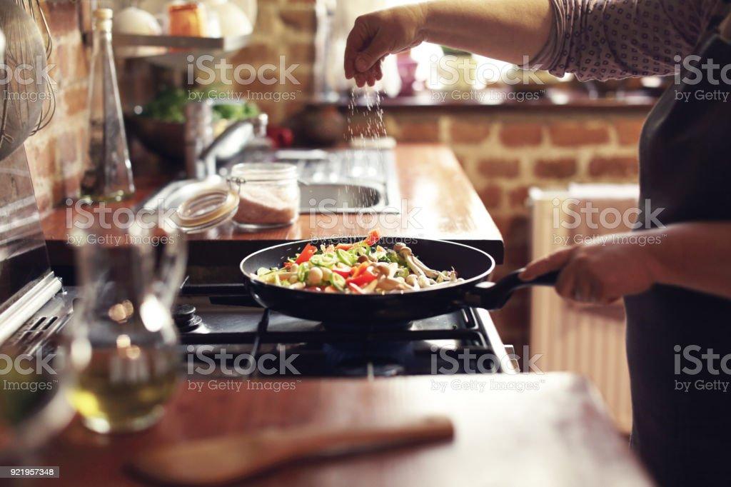烹調蔬菜, 步驟七, 調味料 - 免版稅一個人圖庫照片