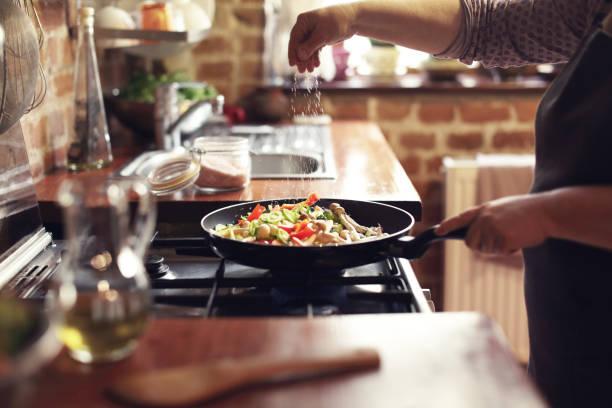 cottura delle verdure, fase sette, condimento - cucinare foto e immagini stock