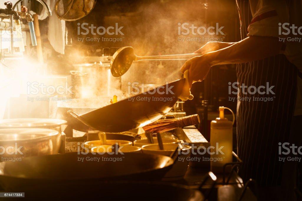 Cuisiner avec le chef photo libre de droits