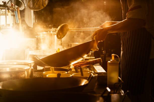 koken met de chef-kok - oil kitchen stockfoto's en -beelden