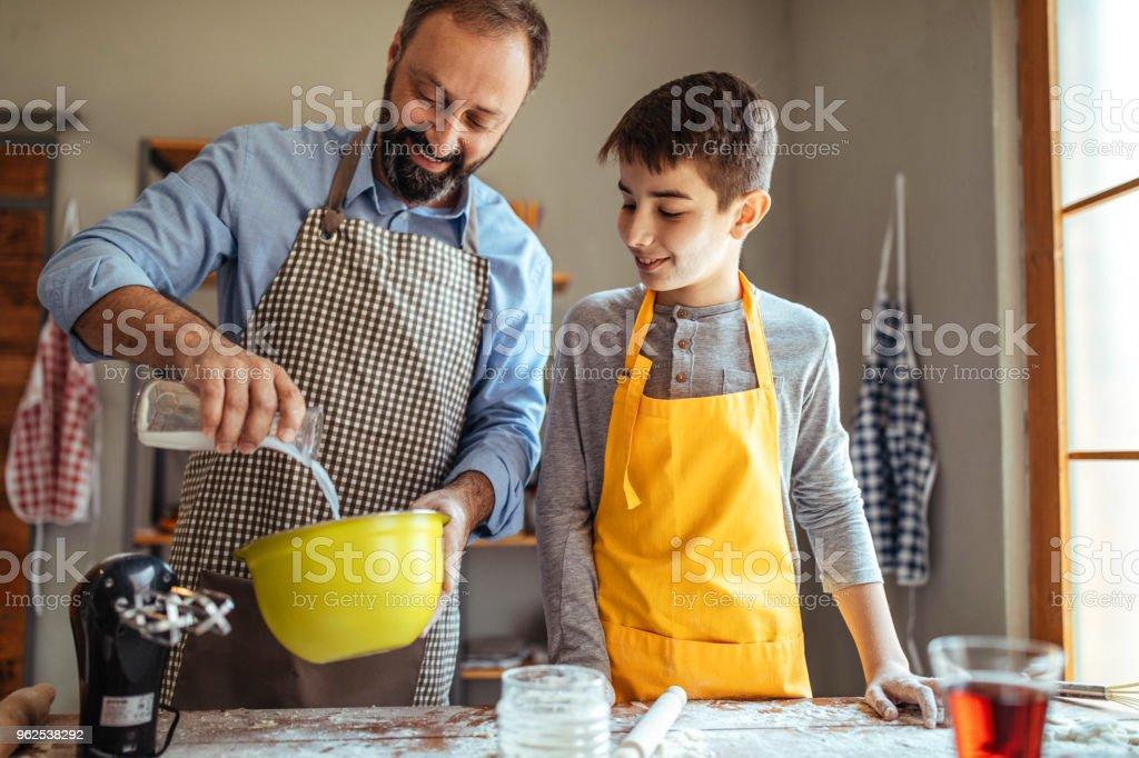Cozinhando com o meu pai - Foto de stock de Adulto royalty-free