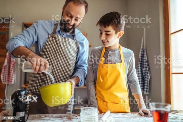 Foto de Cozinhando Com O Meu Pai e mais fotos de stock de Adulto