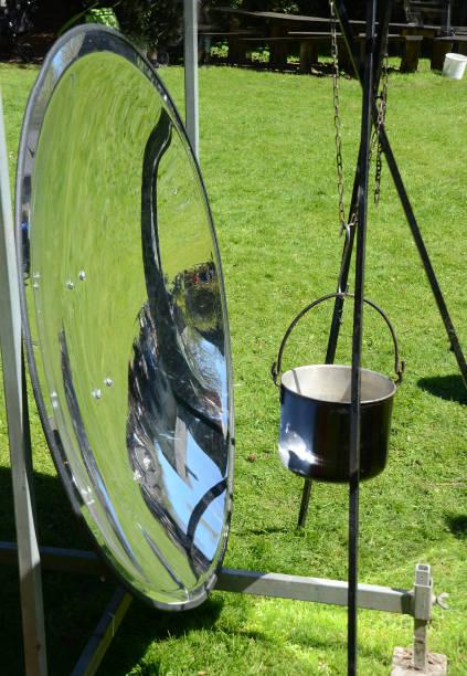 cuisiner avec l'énergie solaire - concave photos et images de collection
