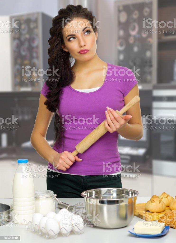 Frau in der Küche kochen – Foto