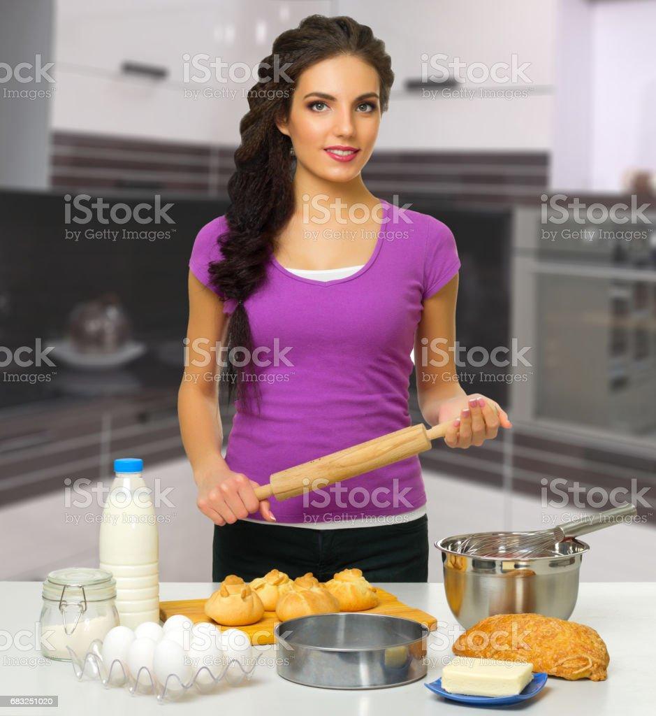 キッチンで炊事婦 ロイヤリティフリーストックフォト