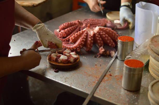 Die Köche zerkleinern Octopus Octopus Becerrea Messe. Kochen, Essen, Reisen, Berufe, Jobs. – Foto