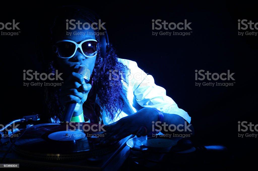 Afro Amerikanische Coole Djs In Aktion Unter Blauem Licht Stockfoto