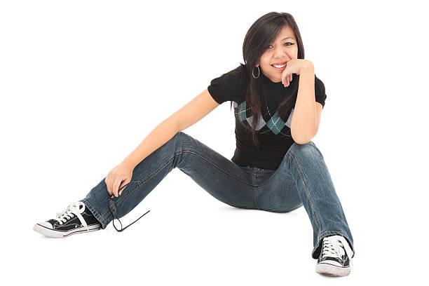 tonos mujer joven casual - piernas abiertas mujer fotografías e imágenes de stock