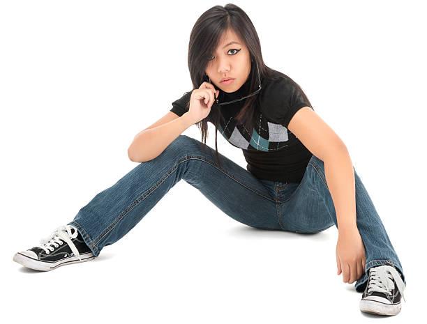 tonos mujer joven casual sentado en el suelo - piernas abiertas mujer fotografías e imágenes de stock