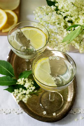 Foto de Uma Bebida Gelada Com Limão E Sabugueiro Xarope Em Copos Em Uma Bandeja De Metal Estilo Rústico e mais fotos de stock de Alimentação Saudável