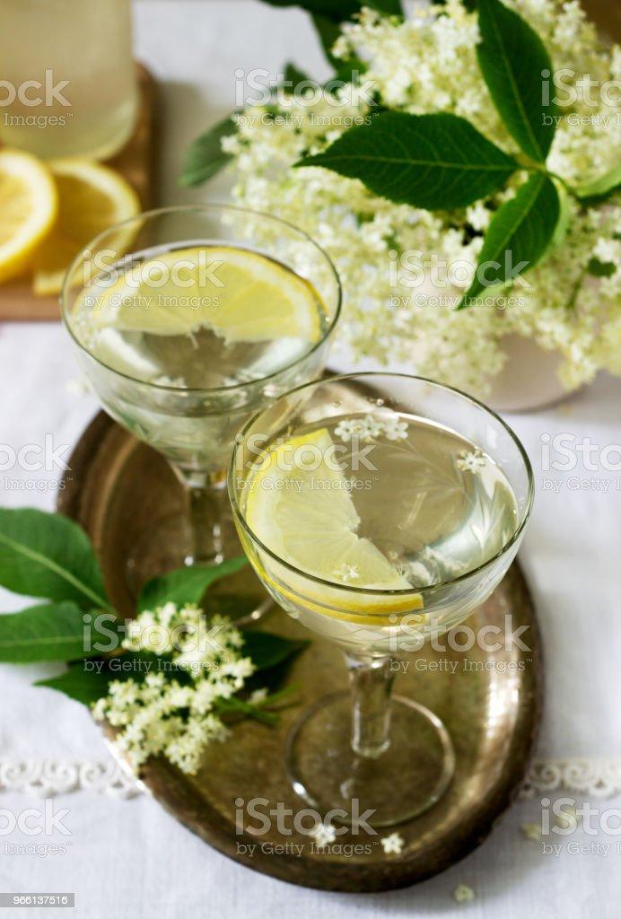 Ein kühles Getränk mit Zitrone und Holunderblüten Sirup in Gläser auf einem metalltablett. Rustikalen Stil. - Lizenzfrei Ast - Pflanzenbestandteil Stock-Foto