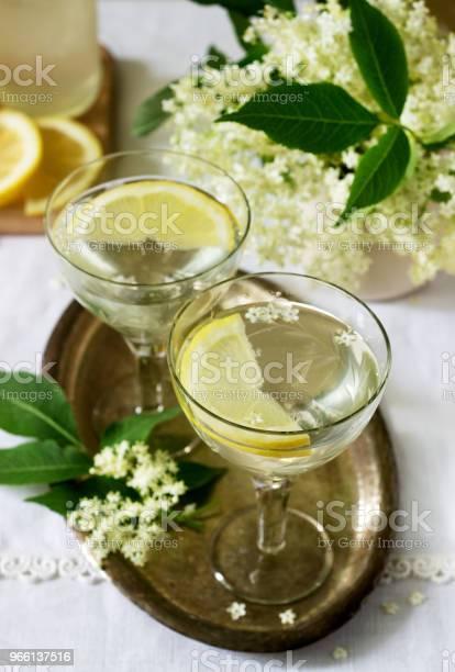 En Kall Drink Med Citron Och Fläder Sirap I Glas På En Metall Bricka Rustik Stil-foton och fler bilder på Bildbakgrund