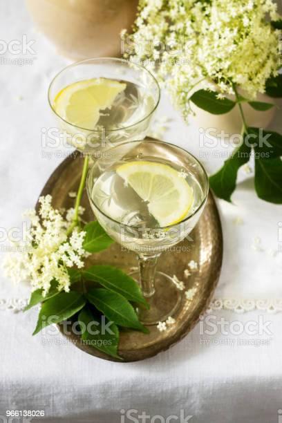 Una Bevanda Fresca Con Sciroppo Di Limone E Fiori Di Sambuco In Bicchieri Su Un Vassoio Di Metallo Stile Rustico - Fotografie stock e altre immagini di Agrume
