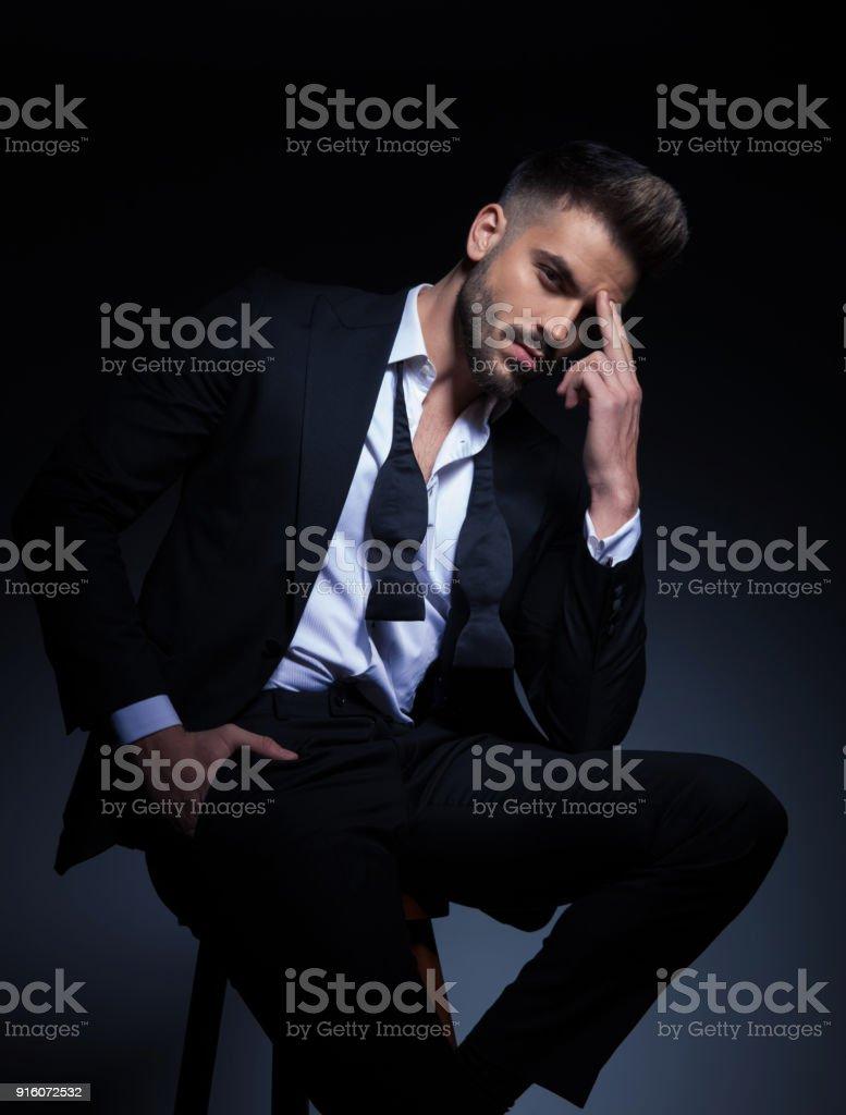 頭痛のタキシードでクールなエレガントな男 ロイヤリティフリーストックフォト
