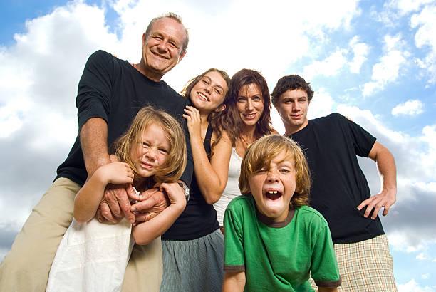 enfriar la familia - familia numerosa fotografías e imágenes de stock