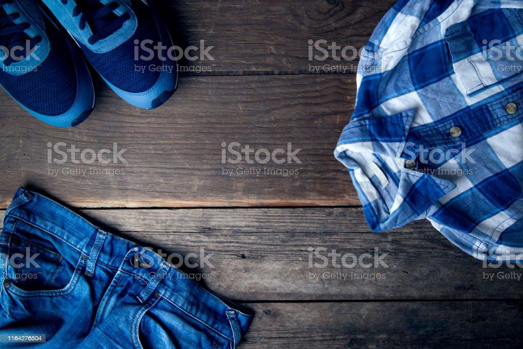 Coole Mode Herren Casual Outfit Auf Holztisch Trendy Im