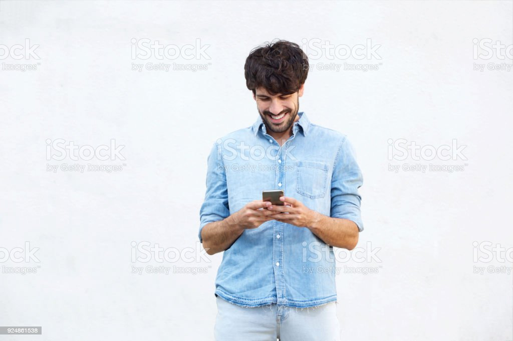 mec cool avec barbe sur fond blanc, tenant le téléphone mobile - Photo
