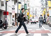 シマウマの交差点にある20の交差通りにいるクールな日本人男性