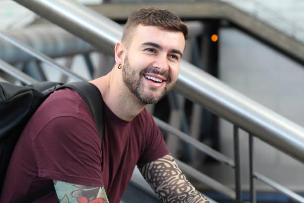 Estudante do sexo masculino cool sorrindo com espaço de cópia - foto de acervo