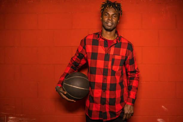 cooler mann hält basketball - rote dreads stock-fotos und bilder