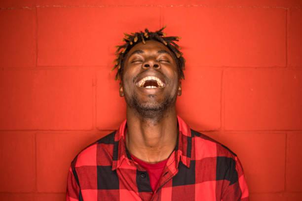 coole männer lachen laut - rote dreads stock-fotos und bilder