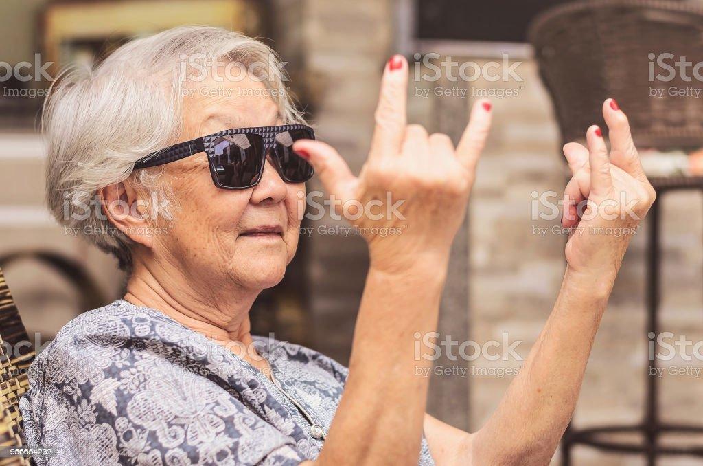 Usar Fresca Haciendo El Gafas Signo Vieja Dama De Rock Foto Sol 9eEDHWI2Y